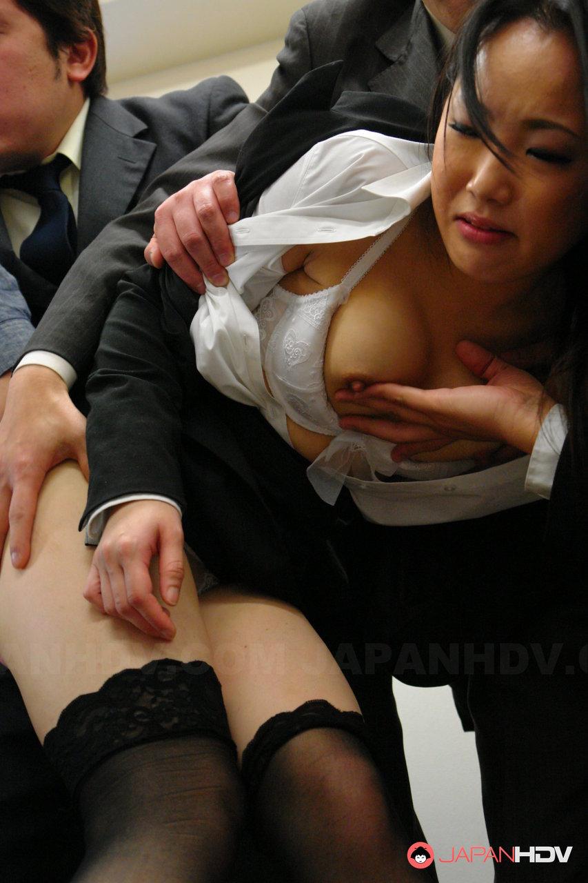Executiva asiática sendo abusada pelos colegas tarados e dotados