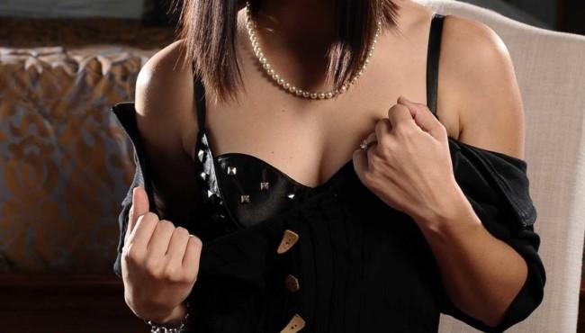 Morena sensual pelada louca para dar a bucetinha apertada e rosada