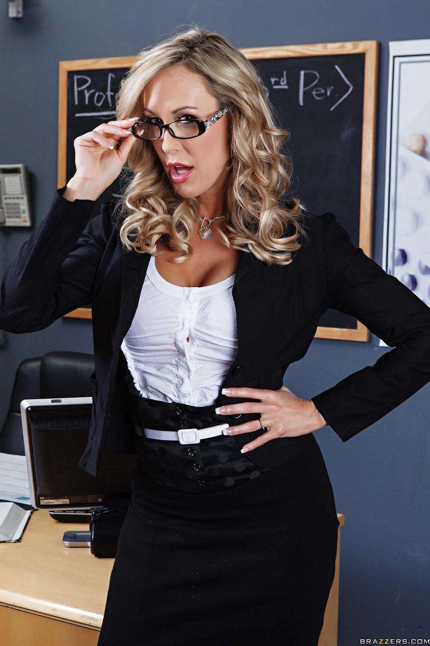 Professora loira peituda pelada na sala de aula querendo gozar