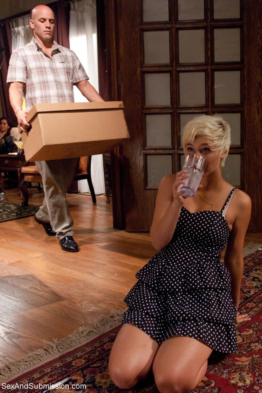 Loira novinha fodendo com casal tarado que abusou da sua bucetinha