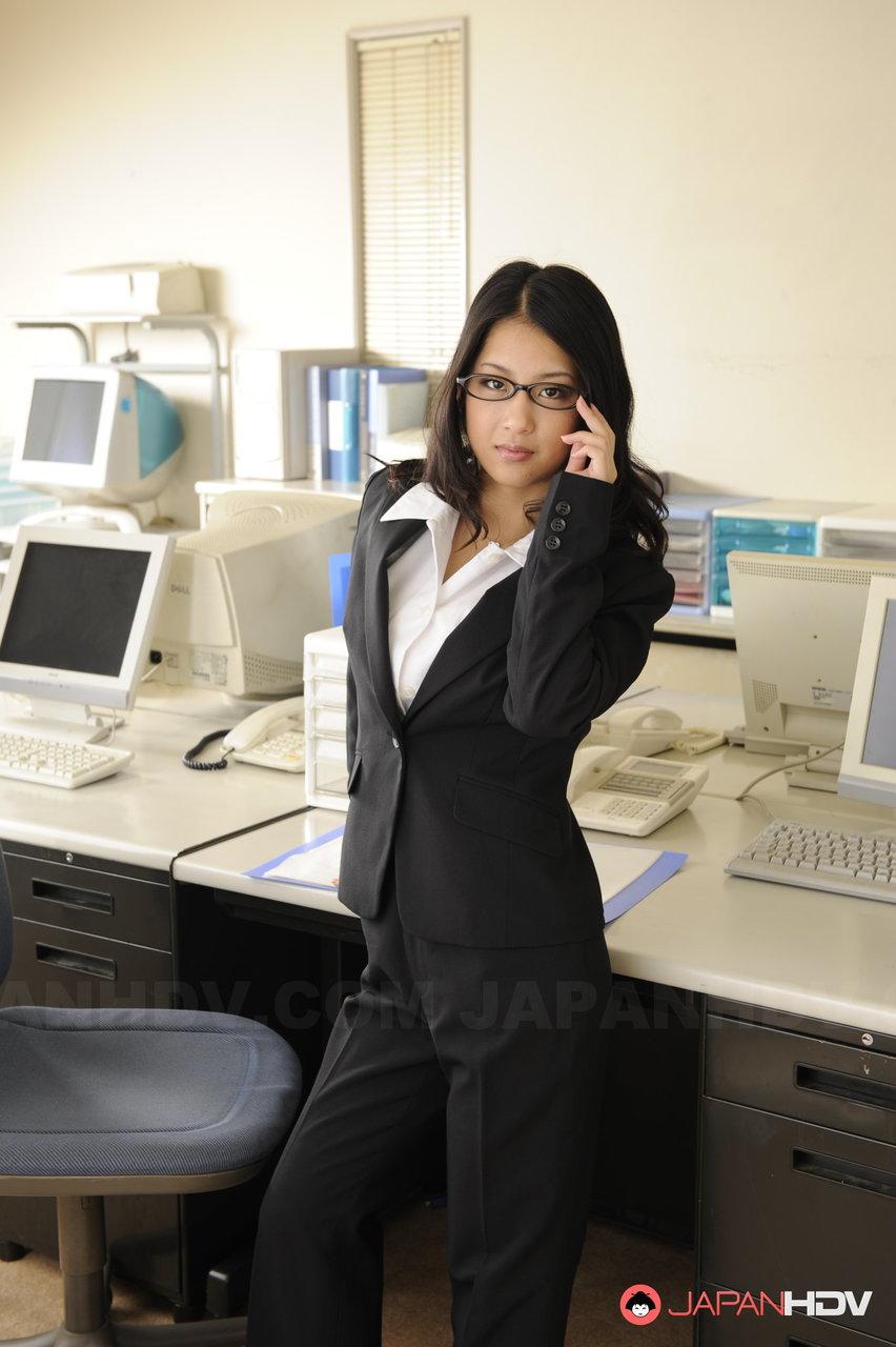Morena asiática se masturbando no escritório com o chefe tarado