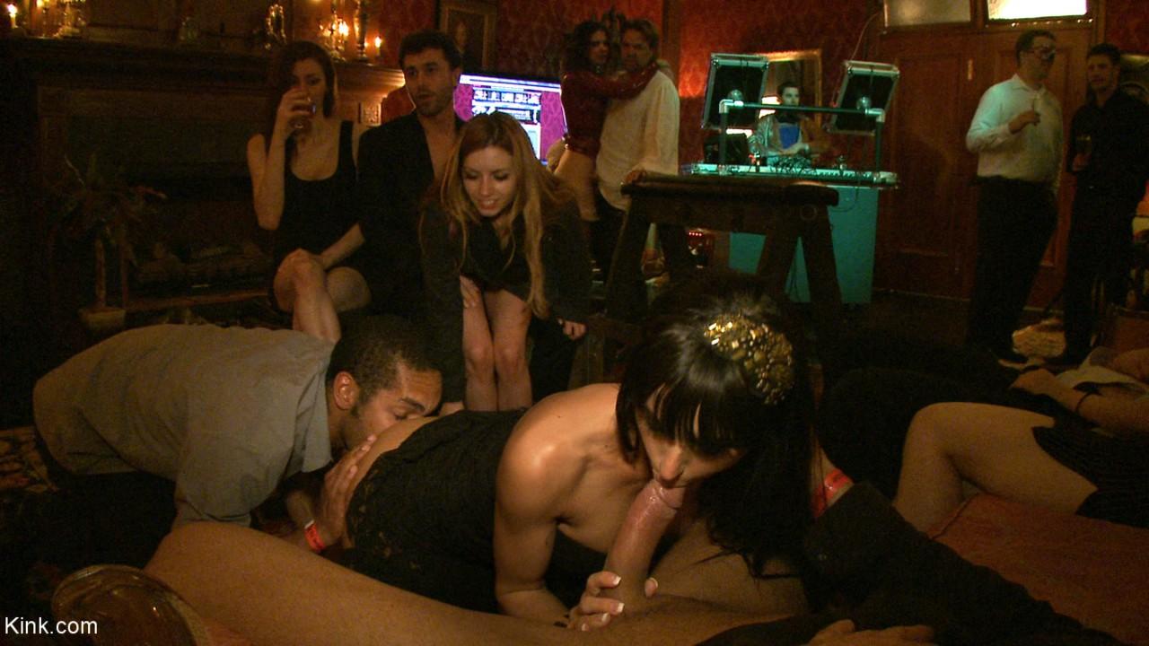 Orgia no bar das putas gostosas com os coroas tarados arrombando