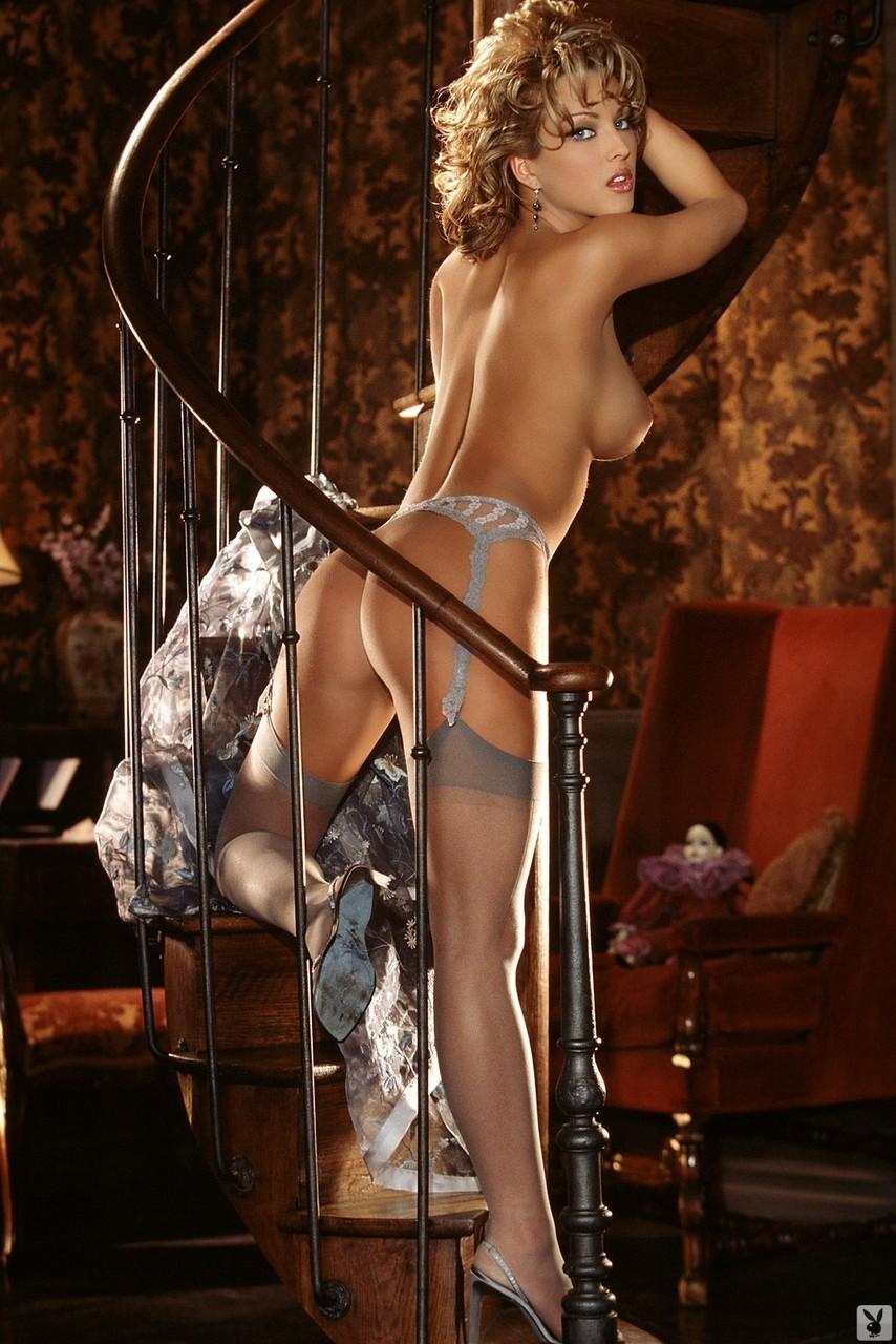 Revista pornô com várias loiras gostosas suas e semi-nuas excitadas