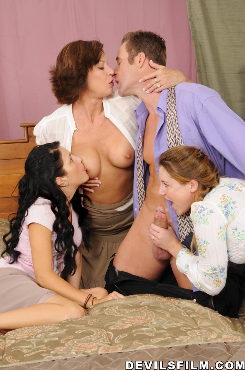 Sexo em família com várias gostosas mãe filho e irmãs safadas