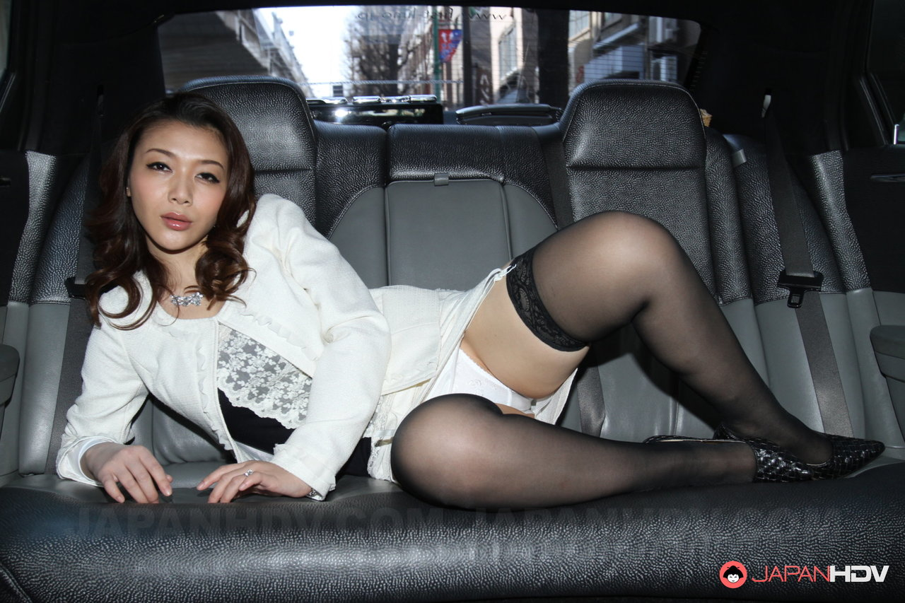 Asiática gostosa se exibindo nas fotos pornô com a vadia safada