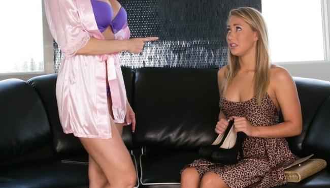 Coroa lésbica fodendo com filha novinha loira depois de excita-la