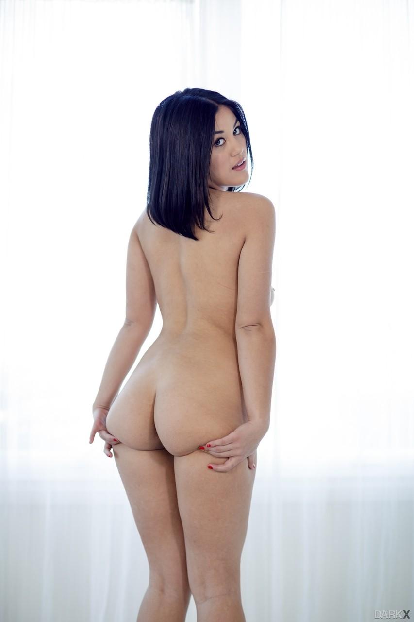 Asiática morena em sexo interracial com malandro bem dotado