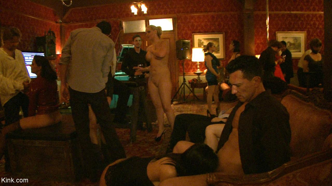 Clube de sexo com morenas loiras e outras vadias fodendo muito