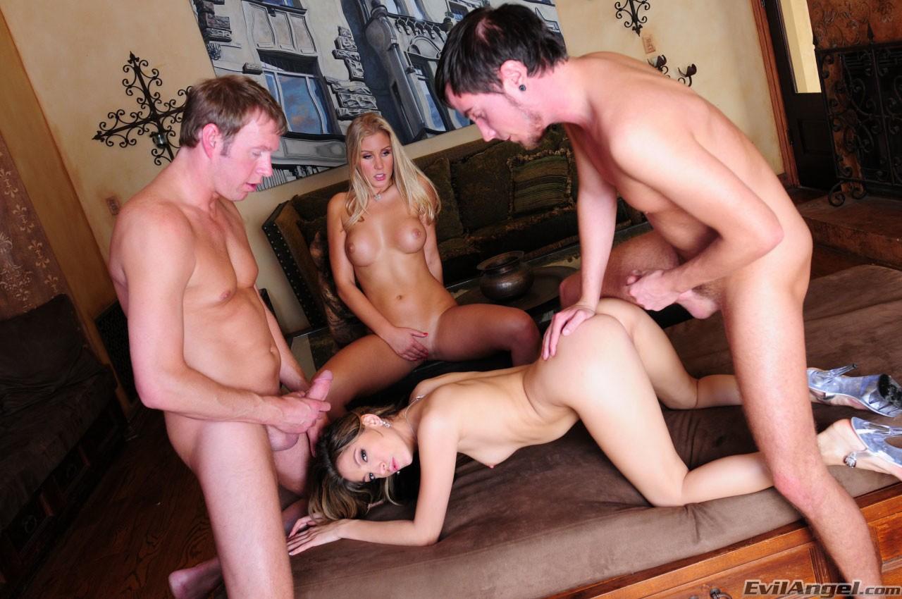 Fotos de sexo em grupo com novinhas loiras metendo gostoso com eles