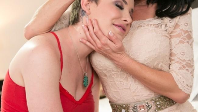Milf loira morena lésbica com amiga que foi consolada por ela