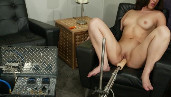 Morena peituda se masturbando com Toy sexual no cu e na buceta