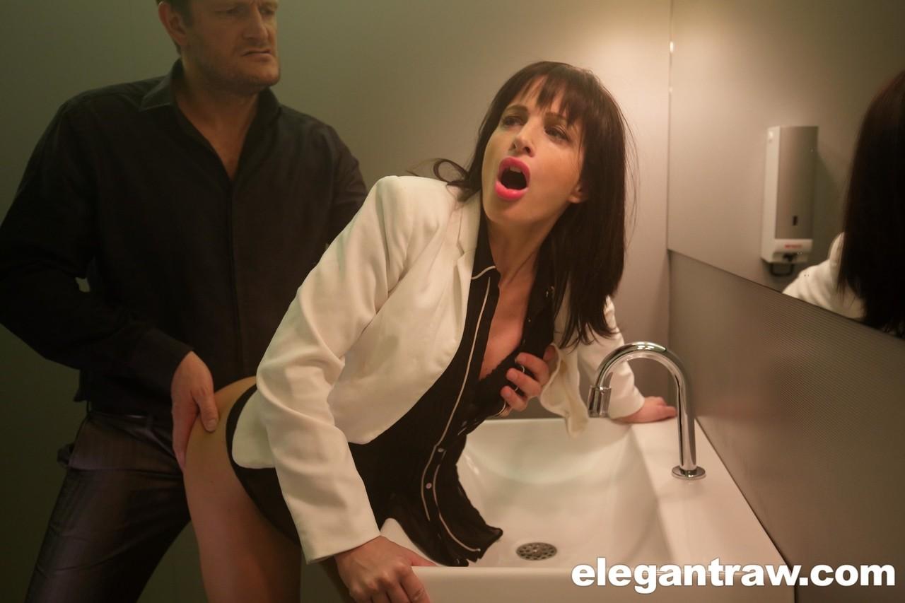 Morena vadia dando a buceta no banheiro para esse cara bem dotado