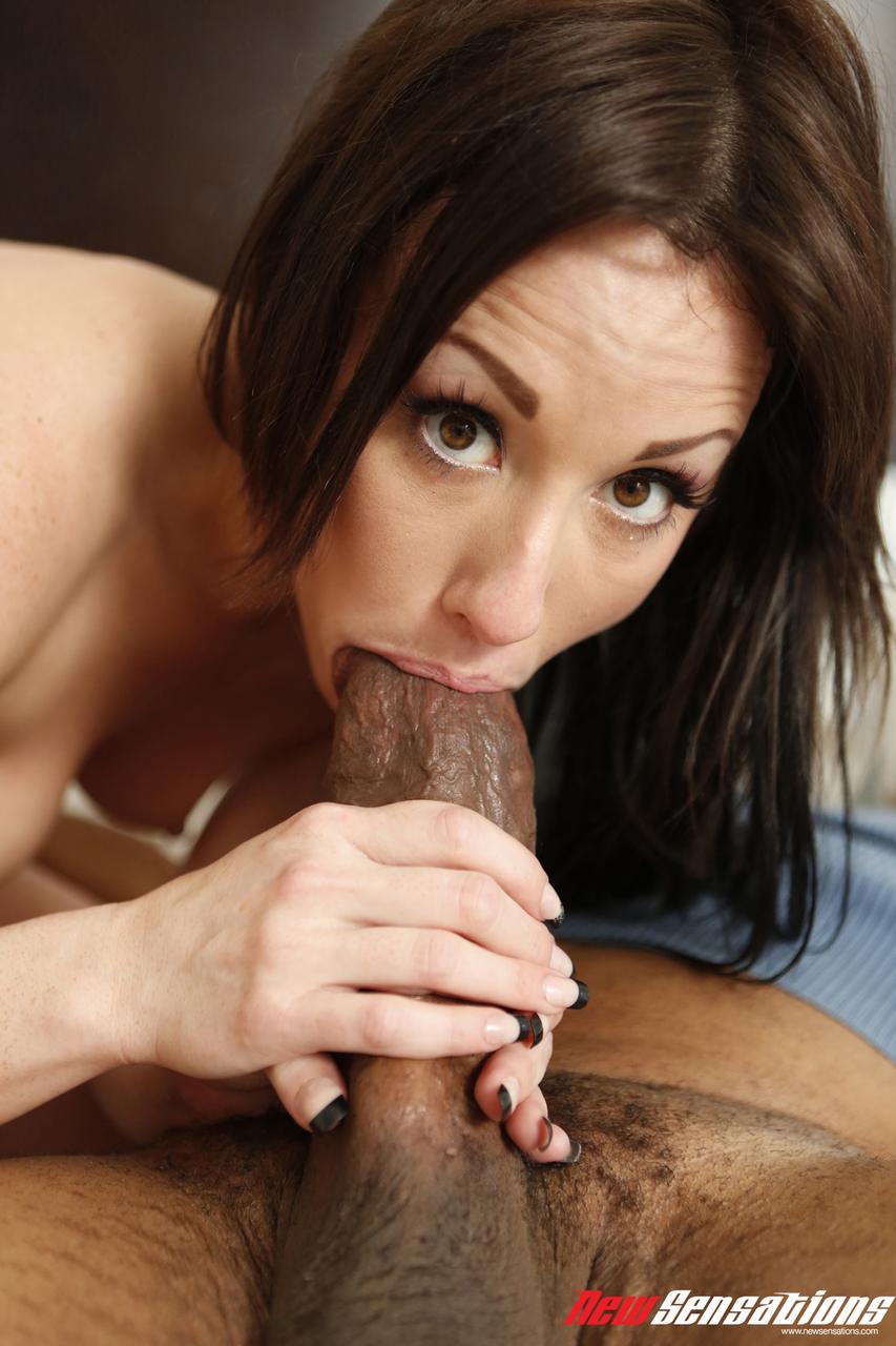 Novinha com negão da pica grossa arrombando sua buceta deliciosa