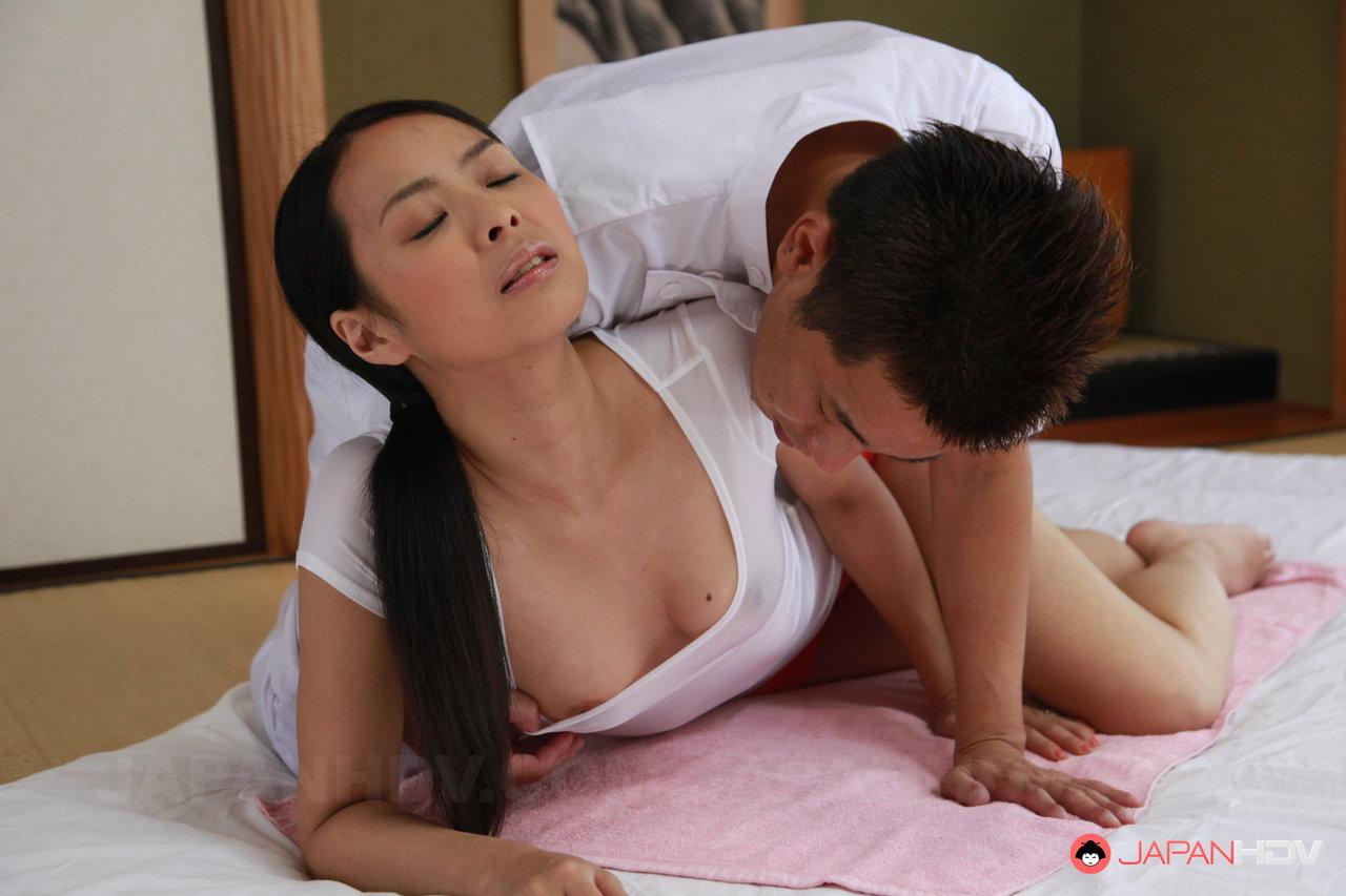 Novinha japonesa sendo abusada pelo massagista que masturbou sua xota