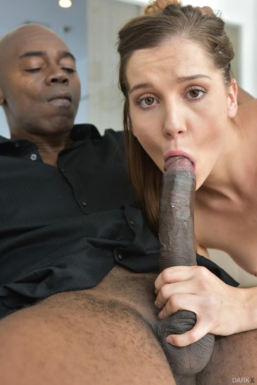 Negão bem dotado arrombando loira novinha que arregaçou a buceta dela
