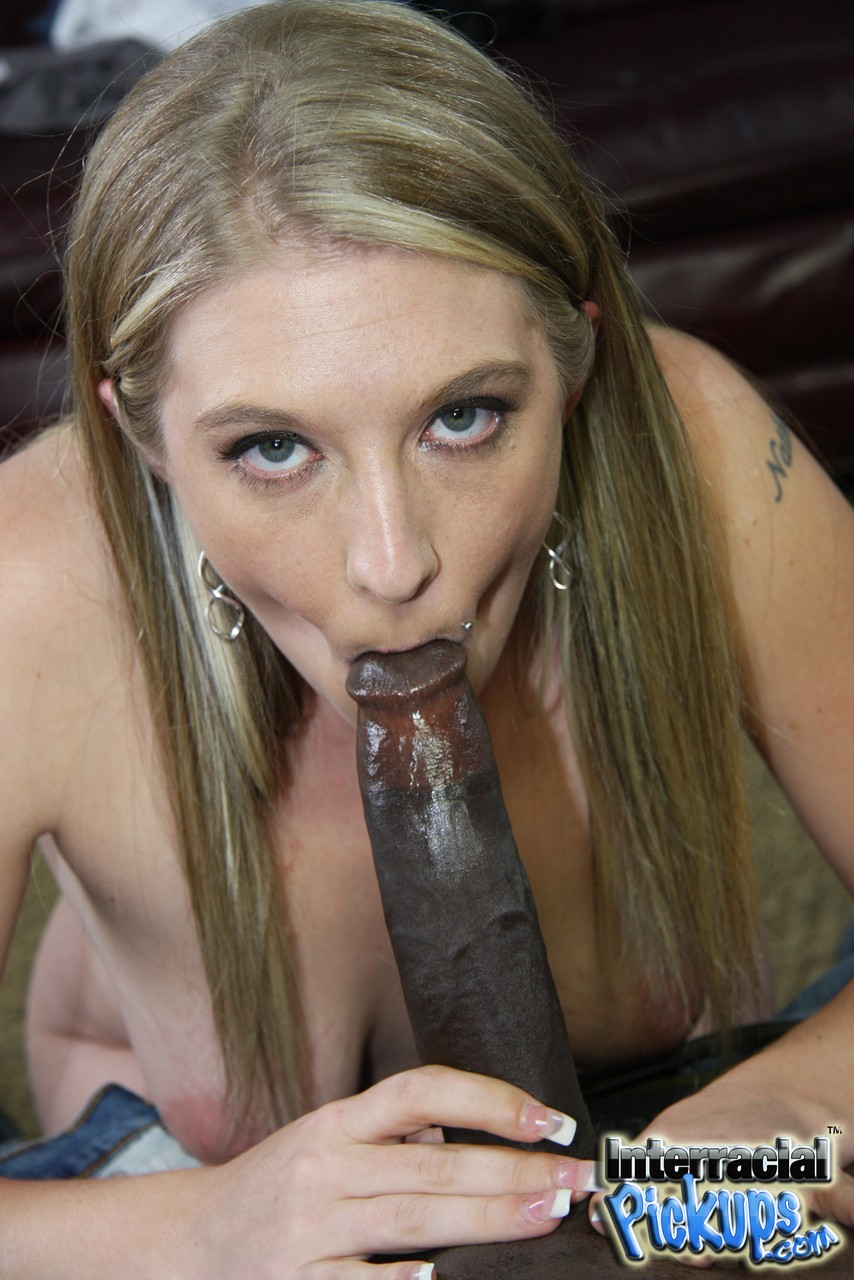 Novinha loira vadia fodendo com negão que arregaçou a buceta dela