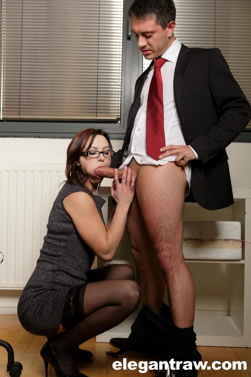 Secretária gostosa deu o cu para o chefe em troca de uma promoção